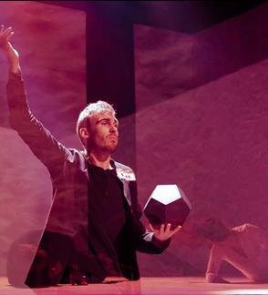 DALYKAI. Rež. Paulius Markevičius (Vilniaus miesto teatras/Meno ir mokslo laboratorija). Įėjimas į teatrą pro Šekspyro viešbučio kiemą